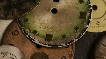 Imágenes de archivo giratorias tomadas de caras de relojes antiguas y desgastadas - caras de relojes 006 video