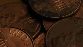 rotierende Stock Footage Aufnahme von amerikanischen Pennys (Münze - 0,01 $) - Geld 0181