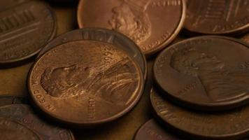 rotierende Stock Footage Aufnahme von amerikanischen Pennys (Münze - $ 0,01) - Geld 0184