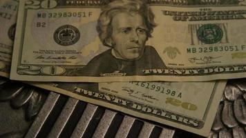 Tourné de séquences d'archives de papier-monnaie américain sur un fond de bouclier d'aigle américain - argent 0397