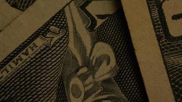 Tourné de séquences d'archives de papier-monnaie américain sur un fond de bouclier d'aigle américain - argent 0441
