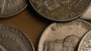 rotierende Stock Footage Aufnahme von amerikanischen Nickeln (Münze - $ 0,05) - Geld 0197
