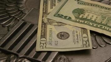 Tourné de séquences d'archives de papier-monnaie américain sur un fond de bouclier d'aigle américain - argent 0394