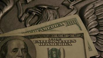 Tourné de séquences d'archives de papier-monnaie américain sur un fond de bouclier d'aigle américain - argent 0407