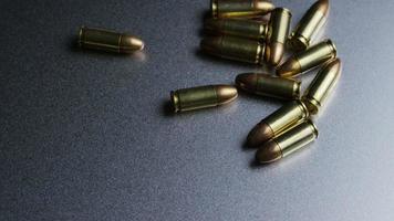 Disparo giratorio cinematográfico de balas sobre una superficie metálica - balas 043
