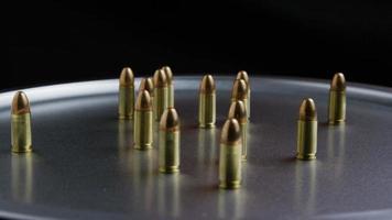 Disparo giratorio cinematográfico de balas sobre una superficie metálica - balas 050
