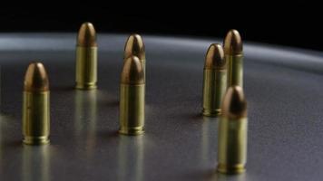 Tiro cinematográfico giratorio de balas sobre una superficie metálica - balas 051