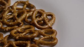 Foto giratoria de pretzels en una placa blanca - pretzels 009