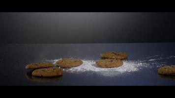 Caída de galletas desde arriba sobre una superficie reflectante - Cookies 189