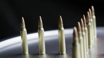 tiro giratório cinematográfico de balas em uma superfície metálica - balas 065