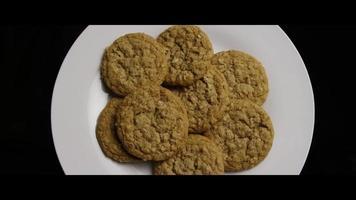 Plano cinematográfico giratorio de galletas en un plato - cookies 057