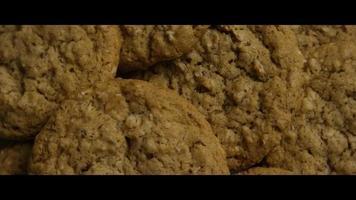Plano cinematográfico, giratorio de galletas en un plato - cookies 055