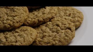 Plano cinematográfico giratorio de galletas en un plato - cookies 066