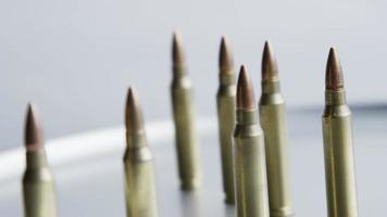 Disparo giratorio cinematográfico de balas sobre una superficie metálica - balas 062