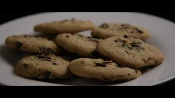 Tir cinématique et rotatif de biscuits sur une assiette - cookies 005