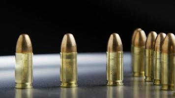 Disparo giratorio cinematográfico de balas sobre una superficie metálica - balas 032