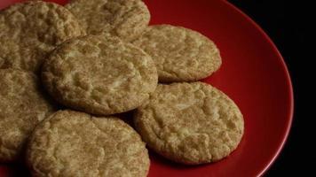 Plano cinematográfico giratorio de galletas en un plato - Cookies 124
