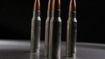 Disparo giratorio cinematográfico de balas sobre una superficie metálica - balas 014