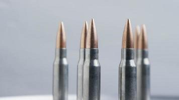 Disparo giratorio cinematográfico de balas sobre una superficie metálica - balas 024