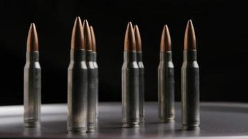Disparo giratorio cinematográfico de balas sobre una superficie metálica - balas 011