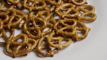 Foto giratoria de pretzels en una placa blanca - pretzels 004