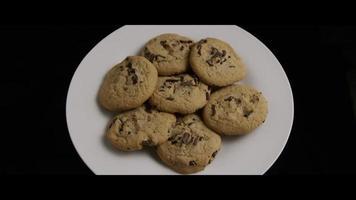 filmische, rotierende Aufnahme von Keksen auf einem Teller - Kekse 014 video