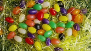 Tir rotatif de décorations de Pâques et de bonbons dans l'herbe de Pâques colorée - Pâques 009