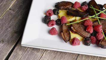 foto rotativa de um delicioso prato de bacon de pato defumado com abacaxi grelhado, framboesas, amoras e mel - comida 121 video