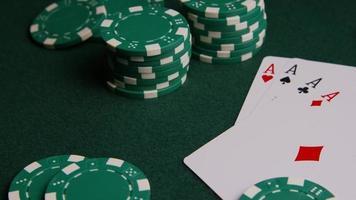 Tiro giratorio de cartas de póquer y fichas de póquer sobre una superficie de fieltro verde - póquer 005