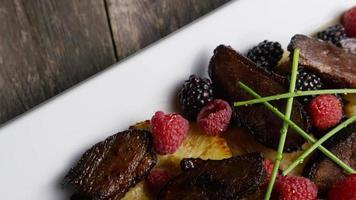foto rotativa de um delicioso prato de bacon de pato defumado com abacaxi grelhado, framboesas, amoras e mel - comida 112 video