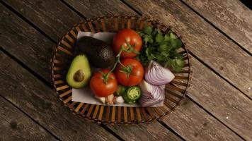 colpo rotante di bellissime verdure fresche su una superficie di legno - barbecue 114
