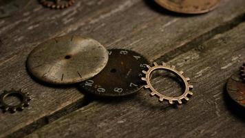 rotação de imagens de estoque de mostradores de relógio antigos e resistidos - mostradores de relógio 064 video