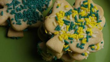 filmische, rotierende Aufnahme von Saint Patty's Day Cookies auf einem Teller - Cookies St Patty 024 video