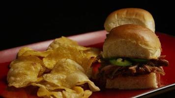 rotierender Schuss von köstlichen Pulled Pork Slidern - Grill 098