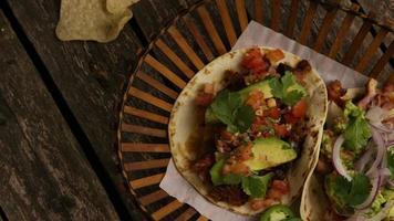 Foto giratoria de deliciosos tacos sobre una superficie de madera - barbacoa 145