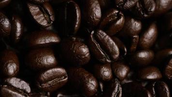 Foto giratoria de deliciosos granos de café tostados sobre una superficie blanca - granos de café 059