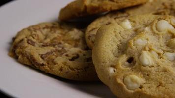 Plano cinematográfico giratorio de galletas en un plato - cookies 393