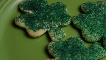 cena cinematográfica e giratória de biscoitos do dia de São Patrício em um prato - biscoitos de São Patrício 015