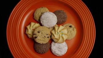 Plano cinematográfico giratorio de galletas en un plato - galletas 316