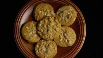 Plano cinematográfico giratorio de galletas en un plato - Cookies 320