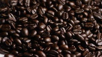 Foto giratoria de deliciosos granos de café tostados sobre una superficie blanca - granos de café 067