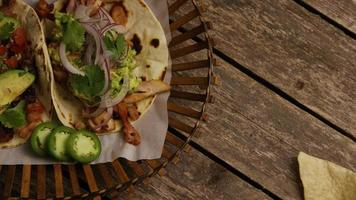 Foto giratoria de deliciosos tacos sobre una superficie de madera - barbacoa 146