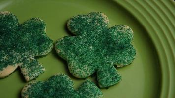 filmische, rotierende Aufnahme von Saint Patty's Day Cookies auf einem Teller - Cookies St Patty 013 video
