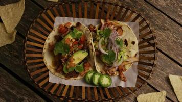 Foto giratoria de deliciosos tacos sobre una superficie de madera - barbacoa 143
