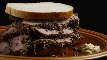 dose rotativa de delicioso sanduíche de pastrami premium ao lado de um bocado de mostarda dijon - alimento 031