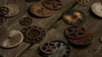 Imágenes de archivo giratorias tomadas de caras de relojes antiguas y desgastadas: caras de relojes 088 video