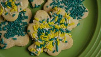 filmische, rotierende Aufnahme von Saint Patty's Day Cookies auf einem Teller - Cookies St Patty 007 video