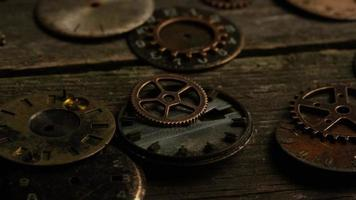 Imágenes de archivo giratorias tomadas de caras de relojes antiguas y desgastadas: caras de relojes 089 video
