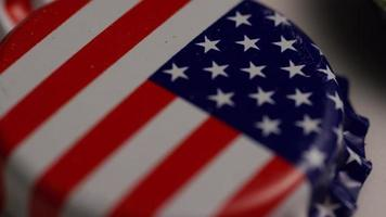 foto rotativa de tampas de garrafa com a bandeira americana impressa nelas - tampas de garrafa 015