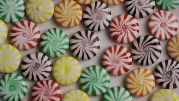 rotierende Aufnahme einer bunten Mischung aus verschiedenen Bonbons - Bonbons gemischt 007 video